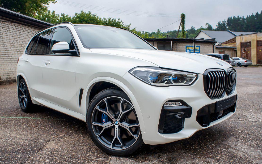 BMW X5 pilnas kėbulo apklijavimas balta matine plėvele