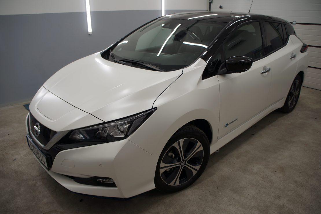 Nissan Leaf pilnas kėbulo apklijavimas Avery White Pearl plėvele